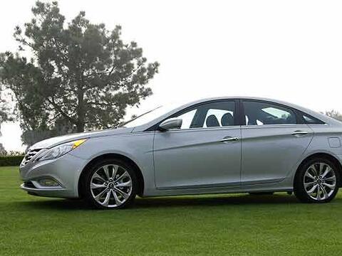 El estilo del Sonata se acerca más a un coupe de cuatro puertas y...