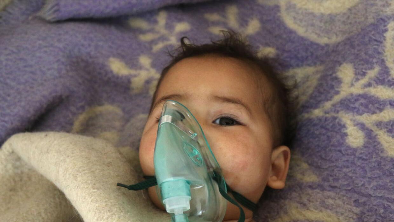 Un niño recibe tratamiento en un pequeño hospital del pueblo de Maaret a...