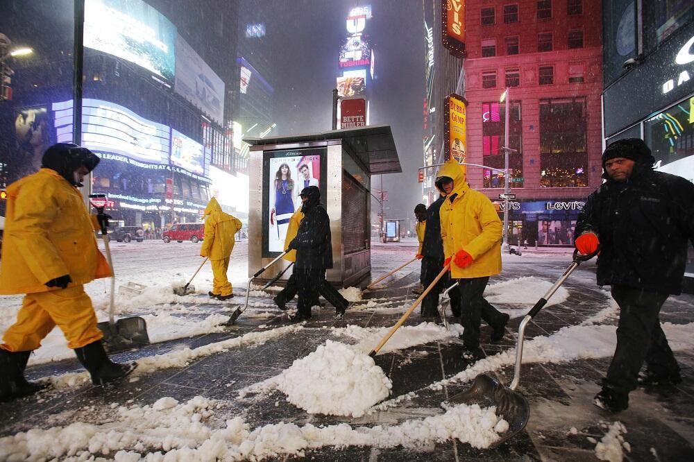Una fuerte tormenta invernal paraliza el este del país Winter Weather_go...