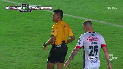 Tarjeta amarilla. El árbitro amonesta a Luis Martínez de Veracruz