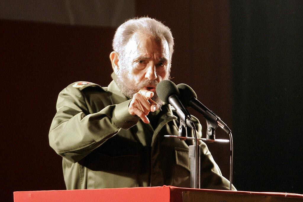 El líder cubano dando un discurso durante un evento políti...