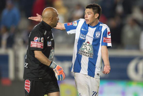 Rodrigo Lozano (7): A pesar de que intentó desbordar por el costado izqu...