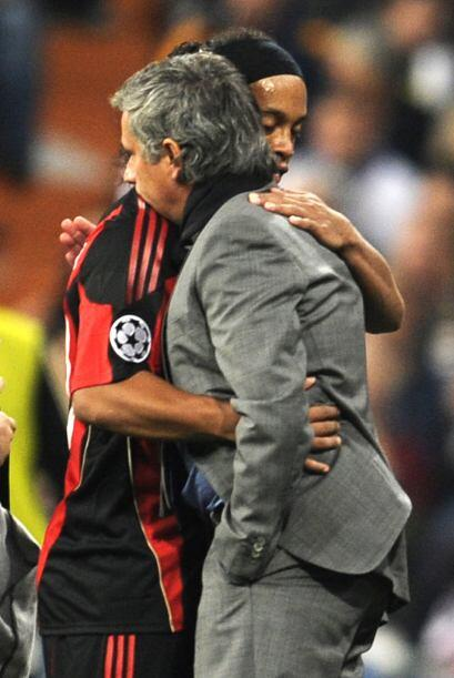 Cuando el brasileño Ronaldinho, del Milan, salió de cambio Mourinho se a...