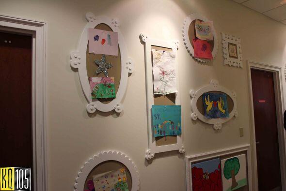 Las paredes están decoradas con los dibujos y artes realizados po...