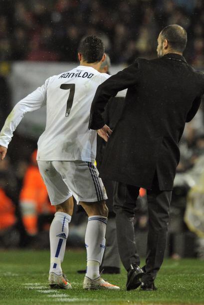 Cristiano le pedía el balón a Guardiola, quien al no dárselo fue empujad...