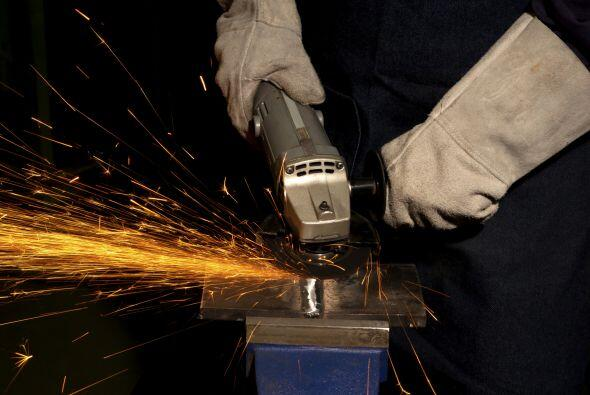 Utilización de máquinas tipo cizallar y punzonar metálicas formadoras de...
