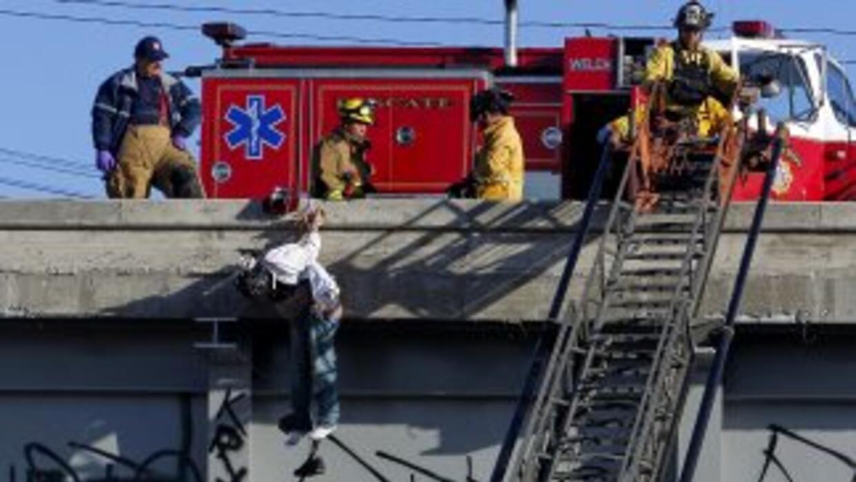 Los cadáveres de dos hombres fueron colgados en un puente vehicular de l...