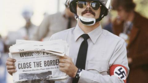 Un neonazi posa en 1975 con un periódico que pedía a Carte...