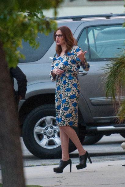 La estrella de cine optó por un vestido a flores. Julia parece estar sup...