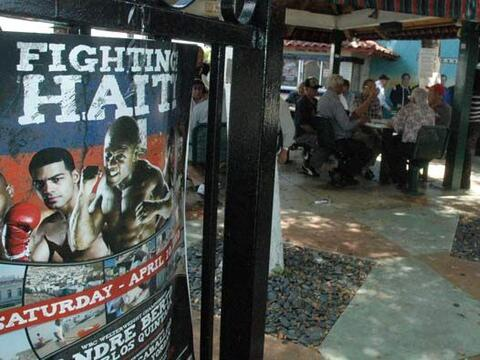 En el Parque del Dominó de Miami fueron presentados los boxeadore...