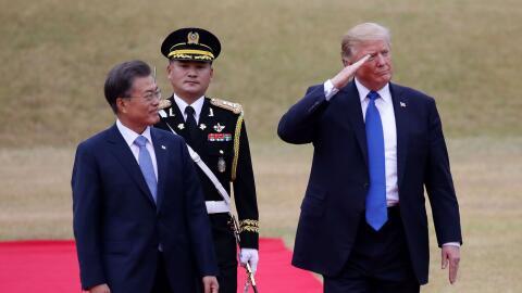 Los presidentes Moon Jae-in, de Corea del Sur, y Donald Trump, de EEUU,...