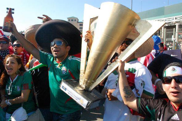Pero estos mexicanos ya presumían la Copa Oro como si estuviera en sus m...