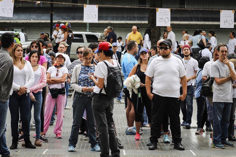Filas desde la madrugada en Caracas 636358120006517769w.jpg