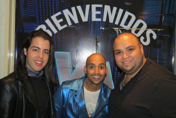 José junto a sus compatriotas Raúl y Ricardo a la entrada del foro.