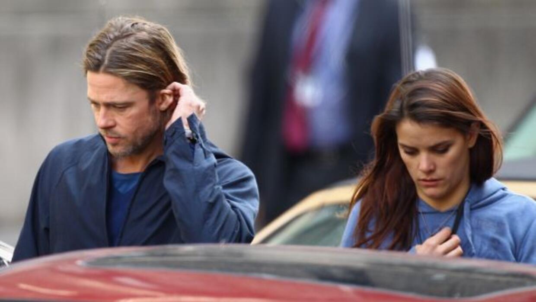 Angelina se habría dado cuenta que algo ocurre entre Brad y su asistente...