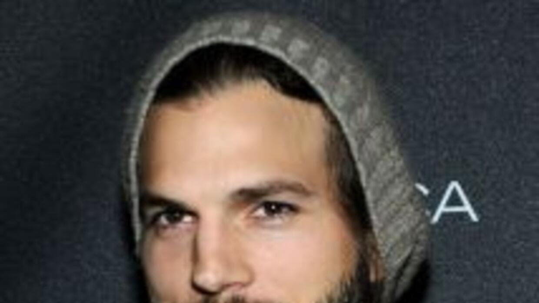 El actor Ashton Kutcher viajó a Iowa y visitó algunos bares locales dond...