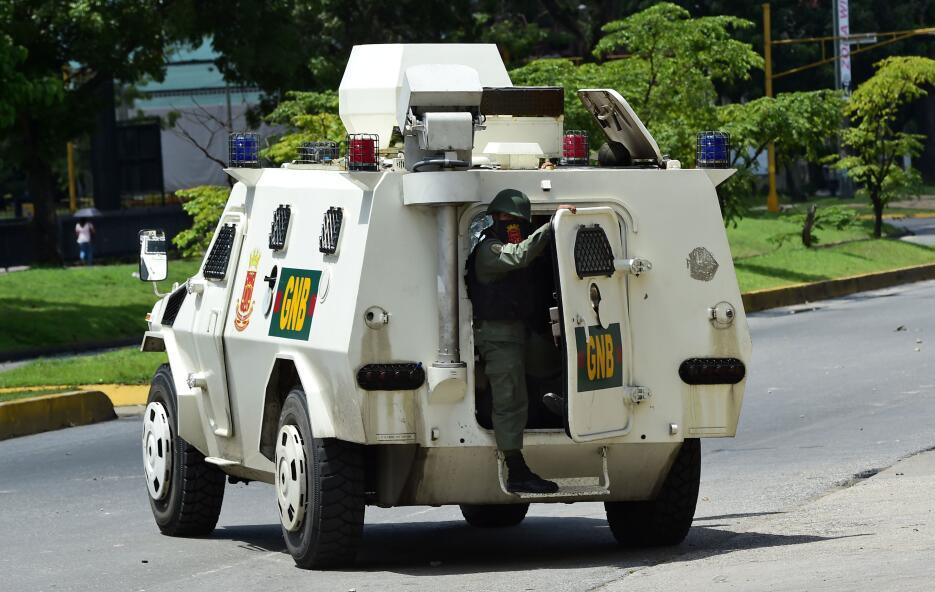 La Guardia Nacional Bolivariana usó gases lacrimógenos para dispersar a...
