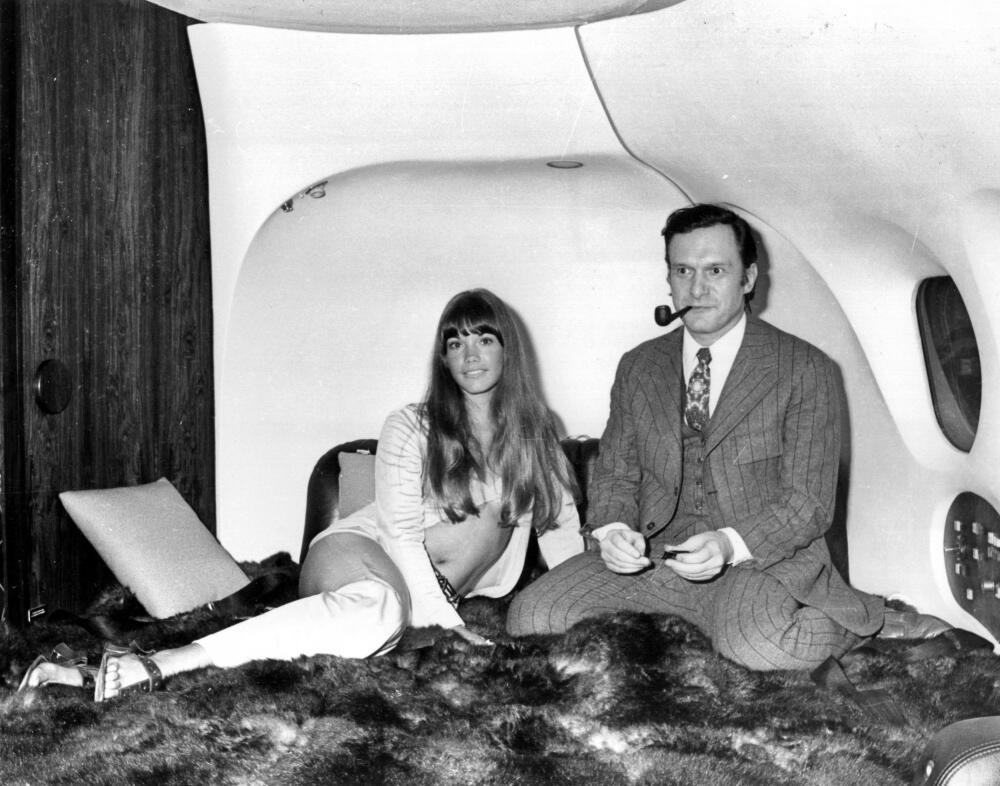 Hugh Hefner con su novia Barbi Benton en su lujoso avión DC-9 llamado &#...