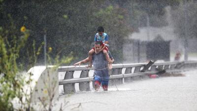 Al menos 1,000 personas ya han sido rescatadas de las aguas.