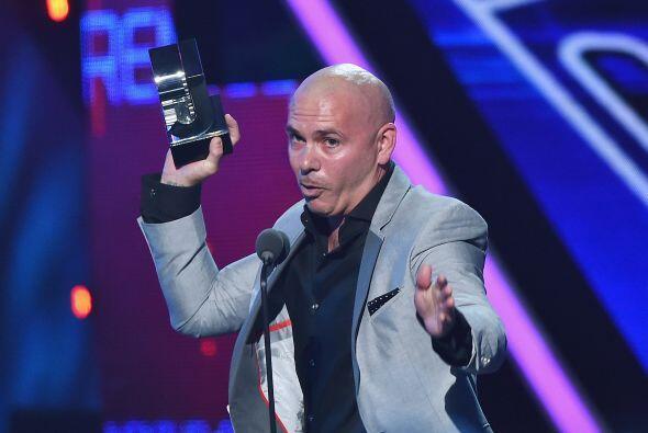 Pitbull fue el primer ganador de la noche y subió a recoger su premio co...
