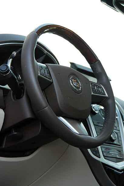 El volante cuenta con las funciones de control crucero y audio montados...
