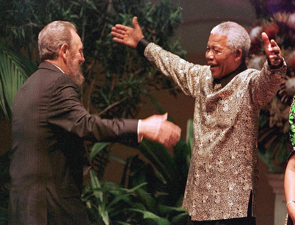 El expresidente de Sudáfrica Nelson Mandela recibe con un abrazo a Castr...