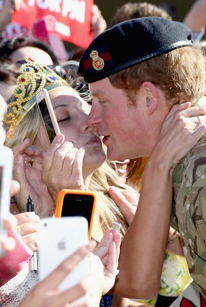 ¡Oh, no, esperen! ¿Qué pasó aquí? ¿Qué hace esta mujer besando al prínci...