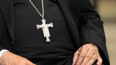 """""""Cinco niñas de una familia fueron violadas por un sacerdote"""": los abusos sexuales revelados por un gran jurado"""