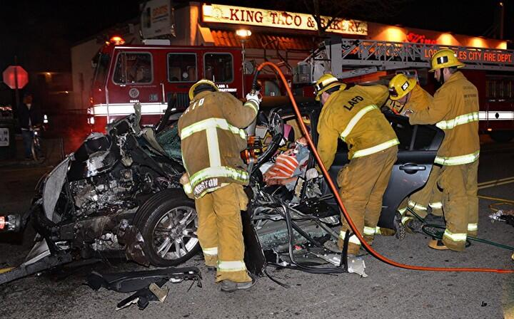 Un accidente entre un carro y una ambulancia del LAFD dejó a una mujer l...