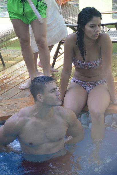 Shakira estuvo conversando y jugando con los chicos dentro de la piscina.