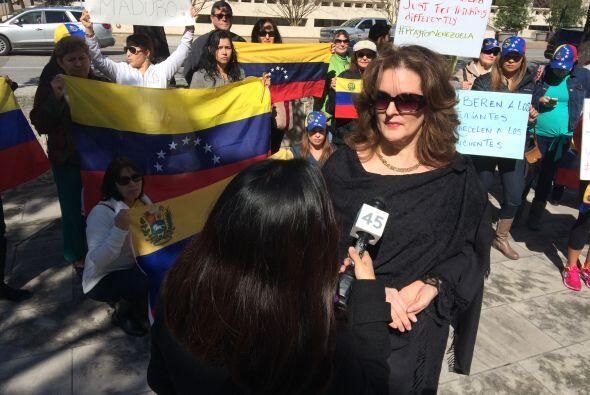 Venezolanos protestaron este jueves frente a la alcaldía por los hechos...