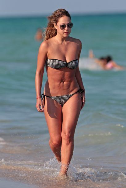 Vanessa salió del mar y nos dejó ver su bella figura una vez más.