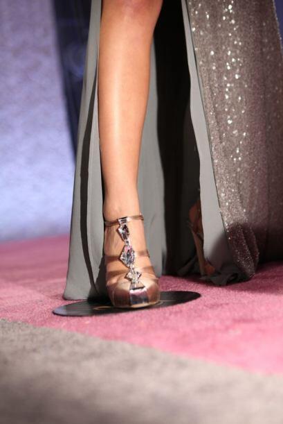 La actriz y cantante mostró tremenda pierna.