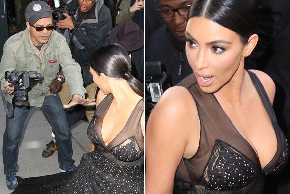 Un paparazzo estuvo a punto de romperle su bello vestido a Kim.