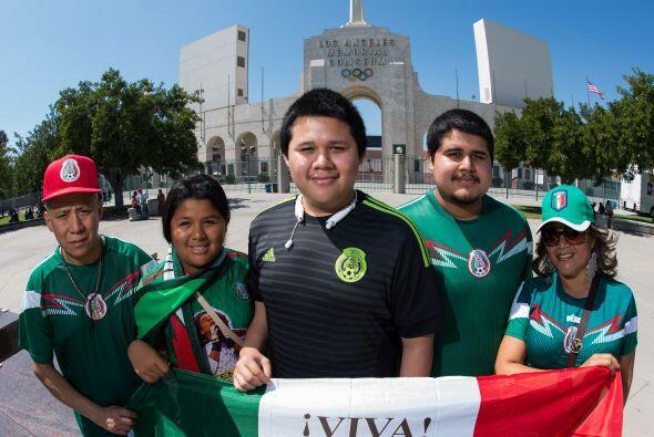 Los jóvenes se pusieron la camiseta azteca para estar en las tribunas.