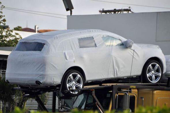 Y esta SUV va camuflada rumbo al salón de un concesionario.