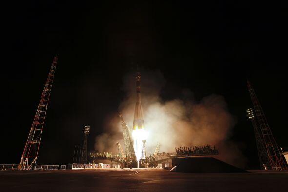 La tripulación de la misión de la Soyuz TMA-21 que recibi&...