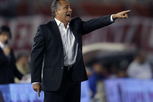 El técnico Juan José López de River dando indicaciones. Tiene una fea, s...