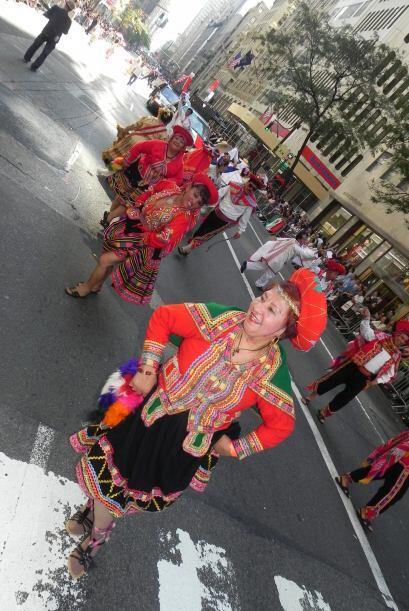 Familias hispanas desfilan por la 5ta Avenida 787168ffb6984f6e9df76cb57e...