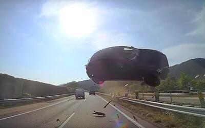 Mazda3 causa accidente mortal al aterrizar en el parabrisas de un autobu...