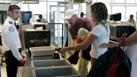 John Kelly asegura que no se eliminará el equipaje de mano en los vuelos...