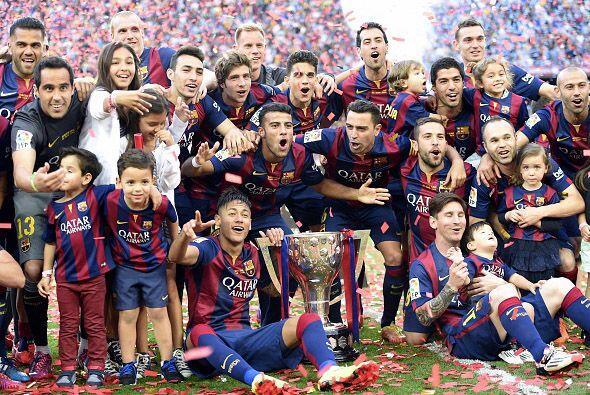 Ya con la copa en la mano, todos los jugadores del Barcelona dieron una...