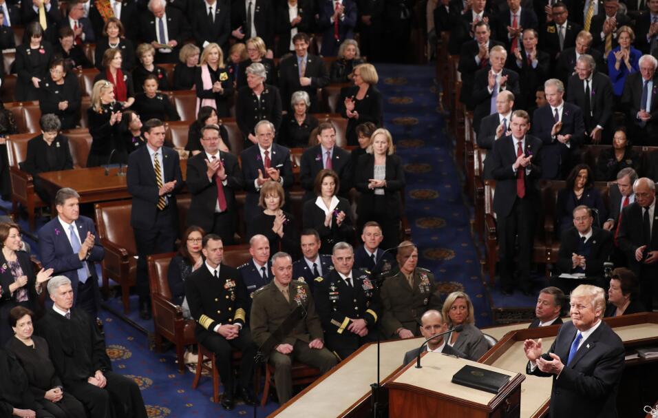 Algunos de los presentes aplaudieron al presidente de pie al comenzar su...