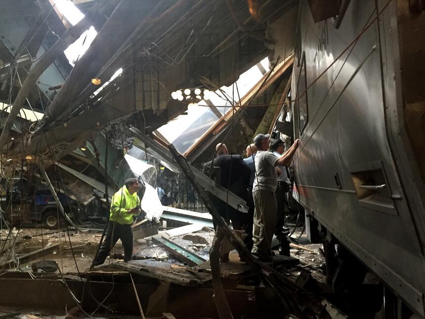 El congresista Albio Sires dijo que le habían informado que el tren sobr...