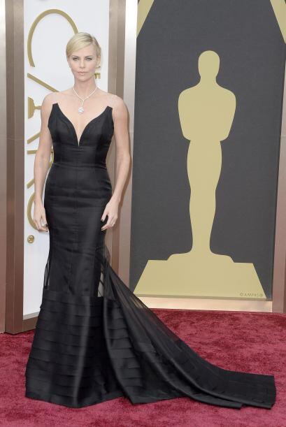 La actriz sudafricana Charlize Theron luciendo un vestido de Dior en neg...