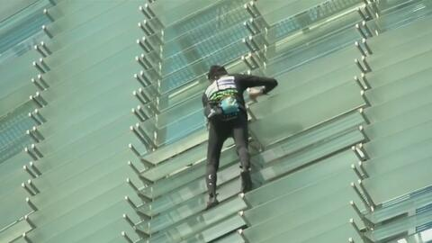 """El """"Spiderman francés"""" escala de nuevo la Torre Agbar en Barcelona y est..."""