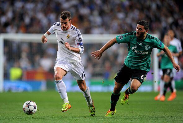 Jugando en el estadio Santiago Bernabéu, los madridistas jugaban con el...