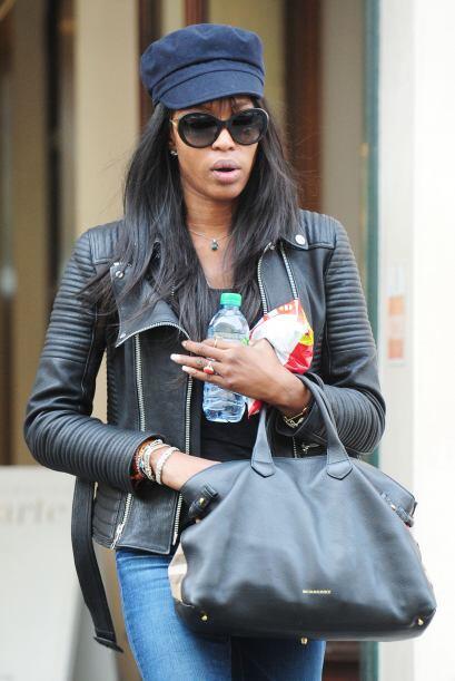 Bien por Naomi Campbell, aplausos para ella y su outfit.