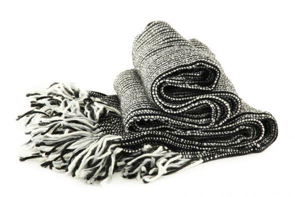 En blanco y negro. Otra opción de éxito son las bufandas tejidas en blan...