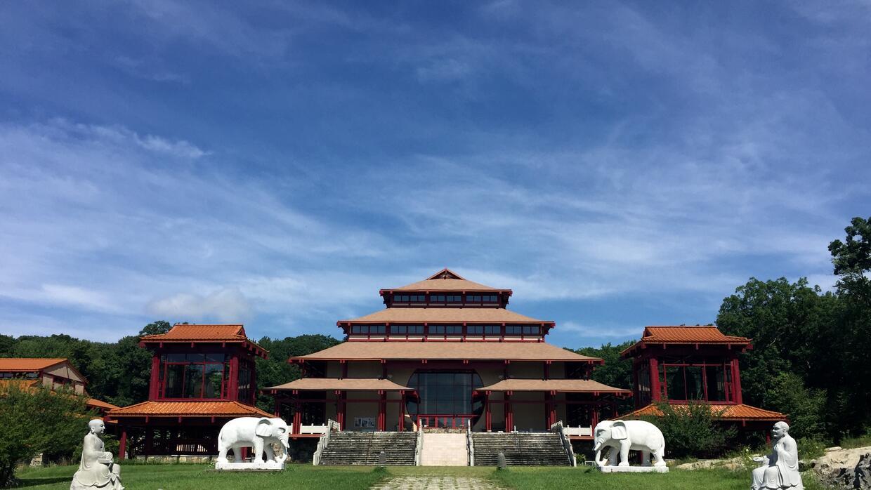 El monasterio abarca 225 acres de bosque.